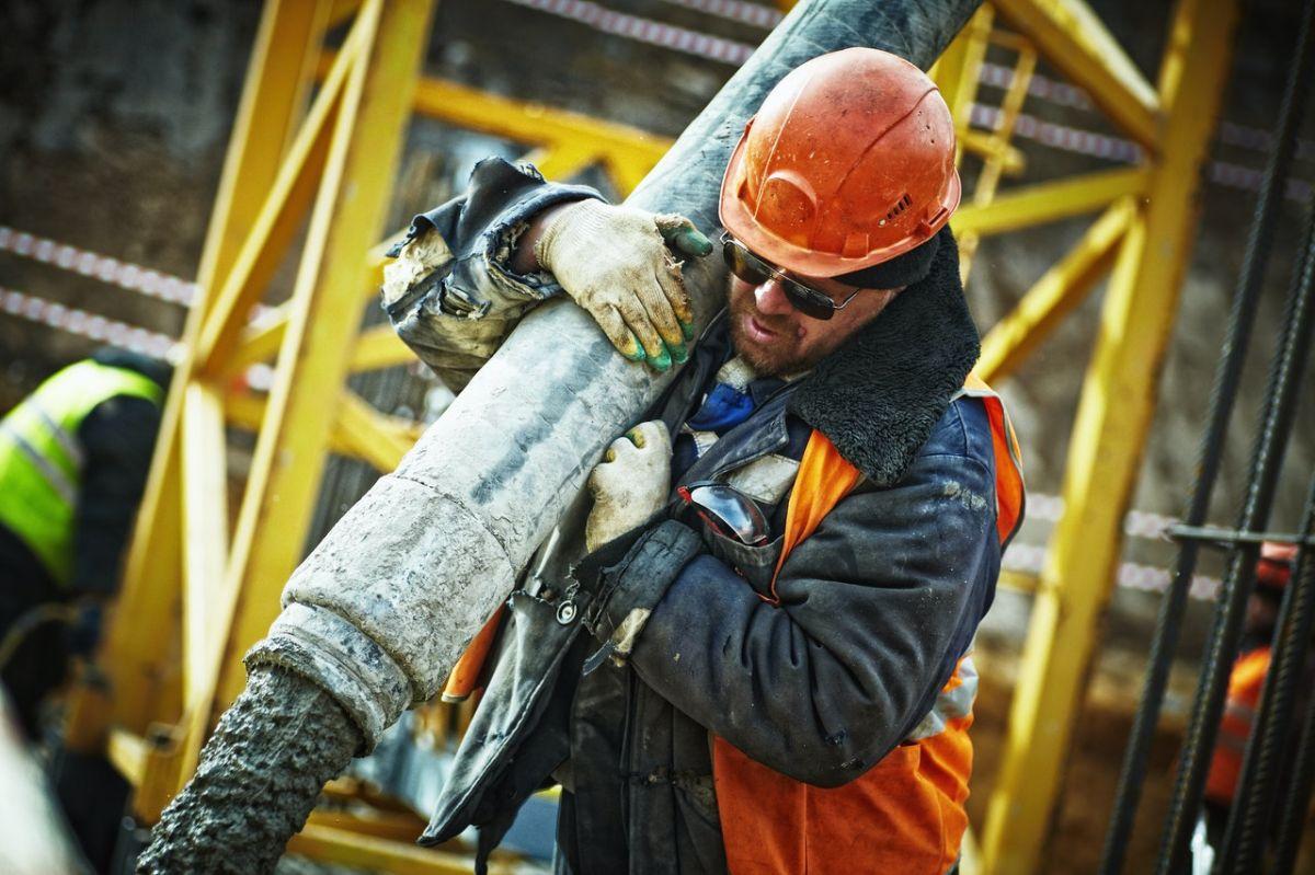 Los trabajadores de la construcción reciben un salario medio por horas extra de $26.58 dólares.